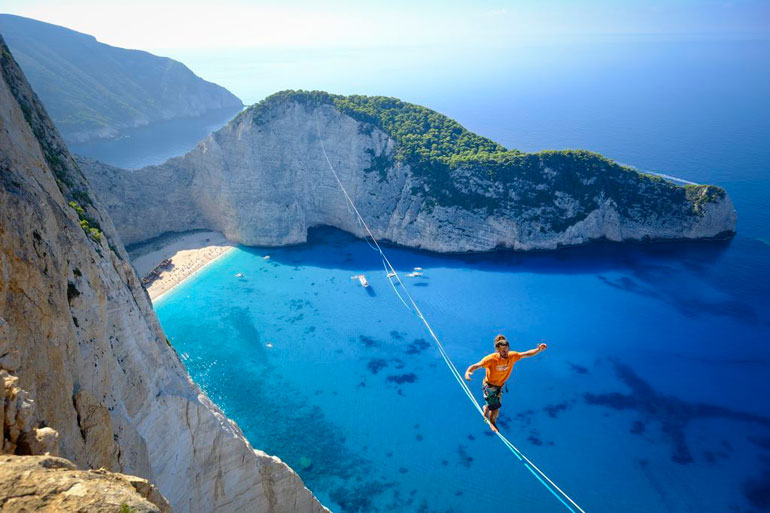amazing-slackliner-walk-photo